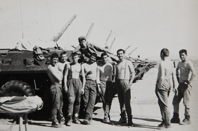 Самир Асанов с боевыми друзьями в Афганистане, 1987 год