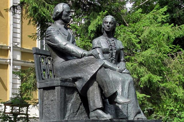 Памятник И. Н. и М. А. Ульяновым в Пензе у здания бывшего Дворянского института