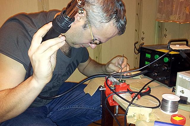 Один из помощников Андрея паяет контроллер футболки
