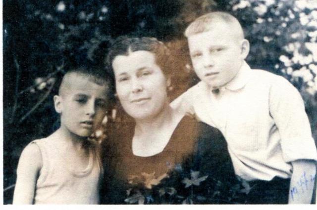 1947 год. Герман (слева) с мамой.