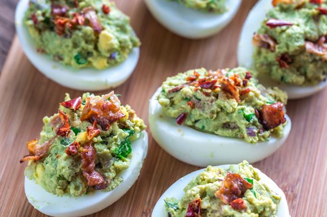 Яйца с гуакамоле и беконом