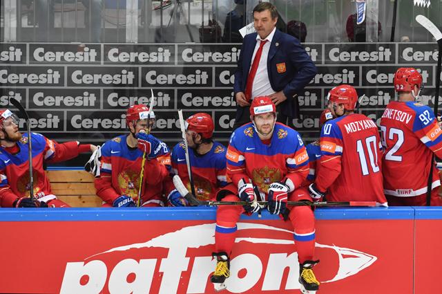 Игрок сборной России Александр Овечкин (на первом плане) и главный тренер сборной России Олег Знарок.