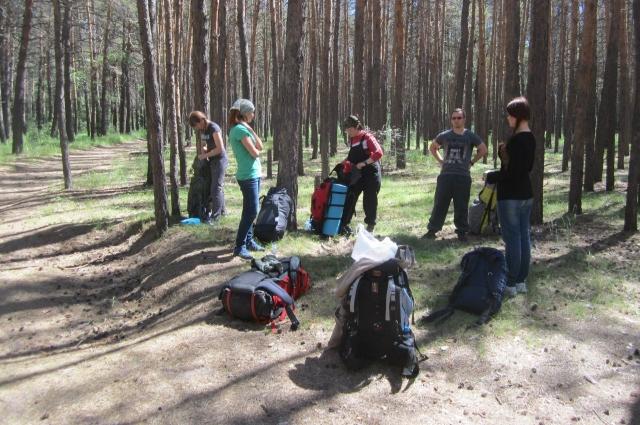 Походники должны выбрать правильное место для того, чтобы установить палатку.