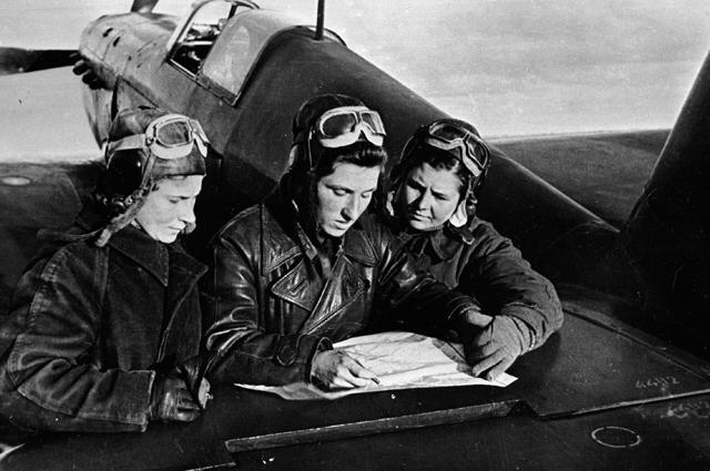 Лётчицы 586 истребительного авиационного полка Лидия Литвяк, Екатерина Буданова, Мария Кузнецова (слева направо) у самолета ЯК-1. 1943 год.