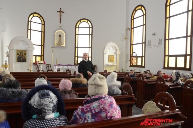 При храме работает воскресная школа.