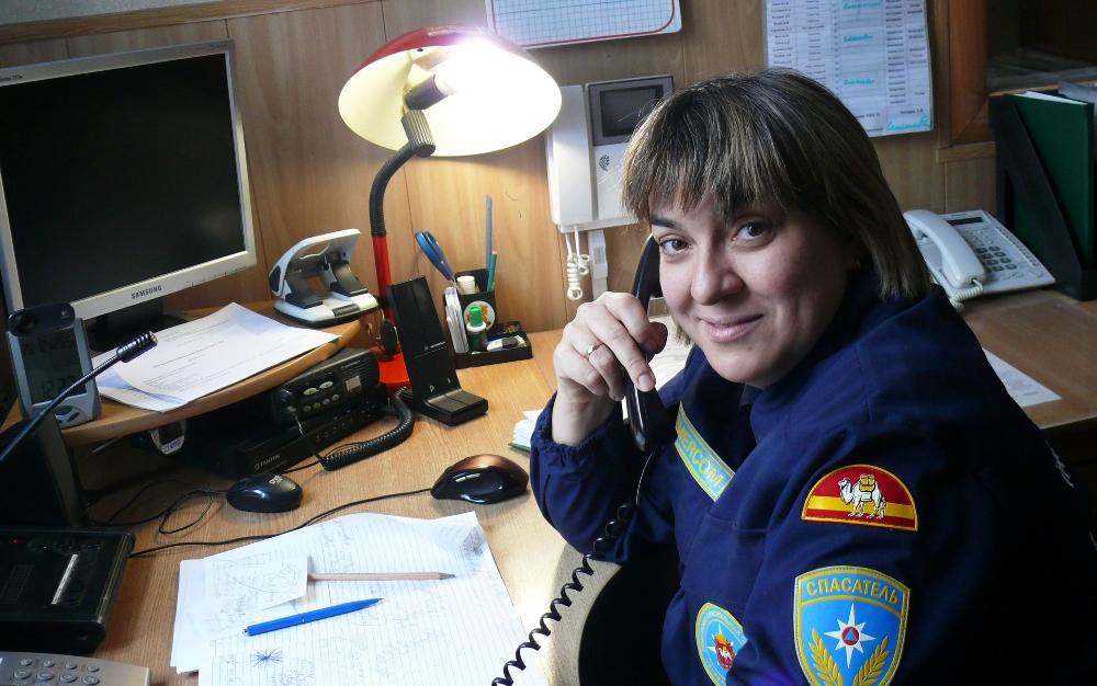 Каждый раз, поднимая трубку, мы первым делом говорим: «Поисково-спасательная служба. Здравствуйте», - чтобы попавший в беду знал, что он не ошибся номером и получит помощь», - рассказывает Виктория Кочкина.