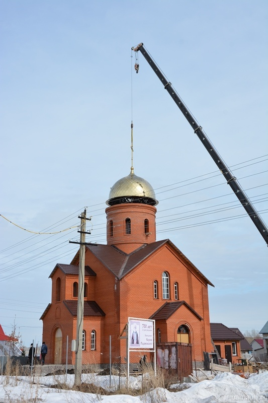 В Казенной Заимке на строящийся храм Сергия Радонежского установили купол