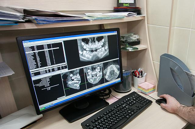 Специалист на месте анализирует результаты томограммы