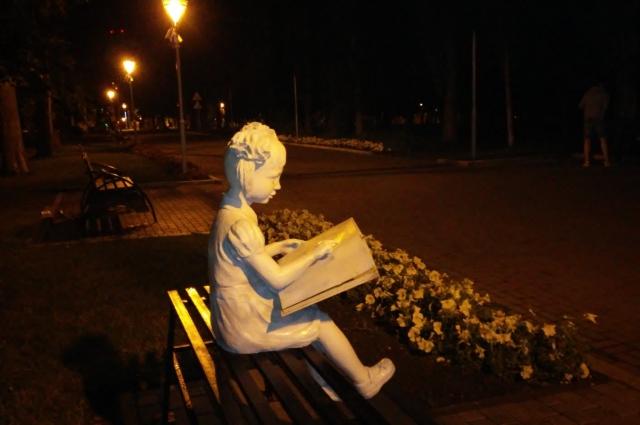 """Девочка, читающая книгу, """"ушла"""" на ремонт"""