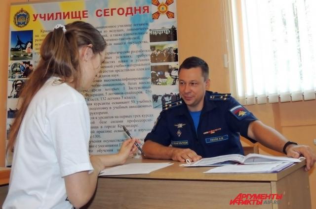 Секретарь приёмной комиссии авиаучилища Александр Ракло приятно удивлён большим количеством подготовленных и мотивированных на военную службу девушек.