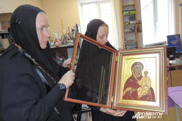 Икона написана силами сестер обители.