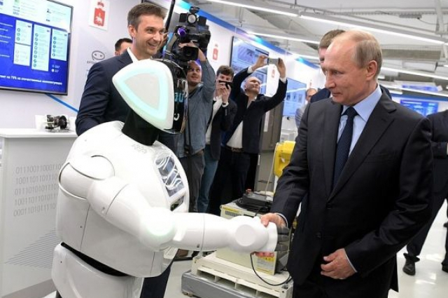 Президент России пожал руку промоботу.