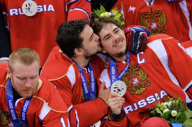 Илья Попов, Владимир Литвиненко и Дмитрий Лисов, завоевавшие серебряные медали на соревнованиях по следж-хоккею на XI зимних Паралимпийских играх в Сочи, во время медальной церемонии