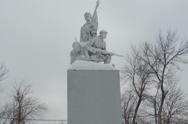 Памятник красноармейцам в парке железнодорожников стоит на месте одной из братских могил.