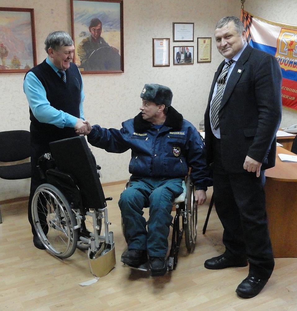 Общественники вручили инвалидам боевых действий новые коляски