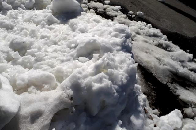 Упавший с крыши сугроб снега.