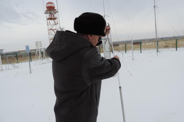 Для того, чтобы предсказать погоду, нужно знать не только температуру воздуха, но и измерить её од землёй.
