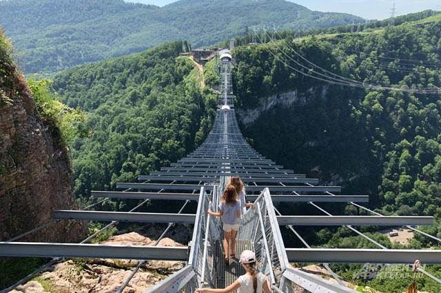 В горах Сочи находится самый длинный пешеходный подвесной мост вЕвропе, но, чтобы пройти по нему, нужно купить билет в парк.