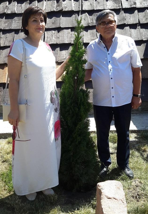 В честь открытия экопарка высадили молодые деревья.