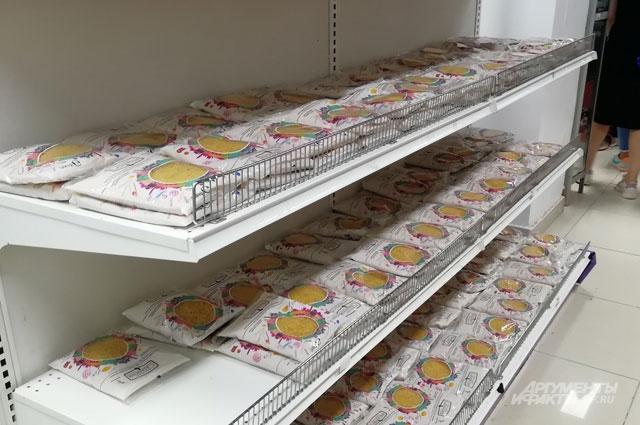 Магазины для народа до боли напоминают наши советские (на фото полки с макаронами).