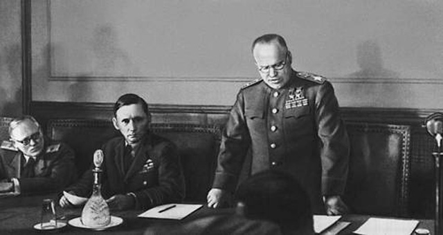 Жуков зачитывает акт о капитуляции в Карлсхорсте. Рядом с Жуковым Артур Теддер