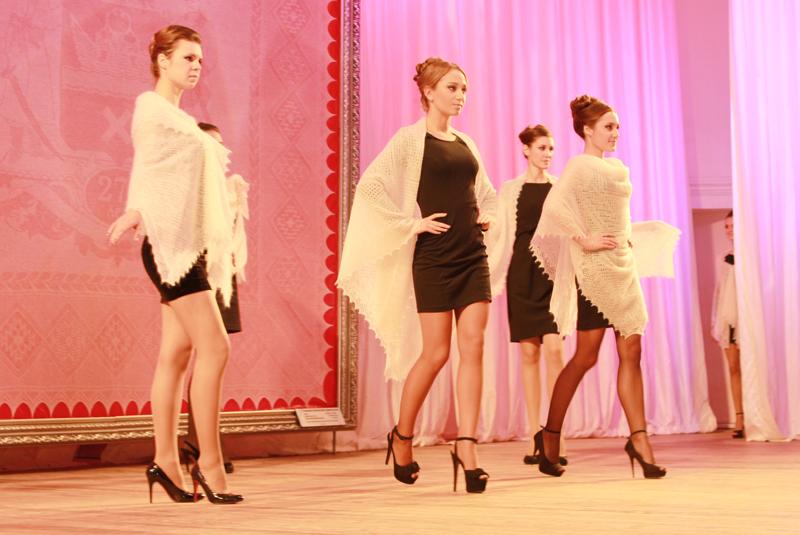 Оренбургские пуховые платки находят свое место и в моде