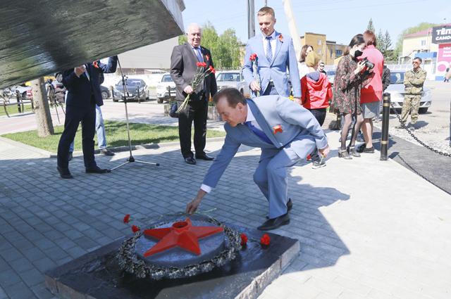 Открытие площадки у памятника