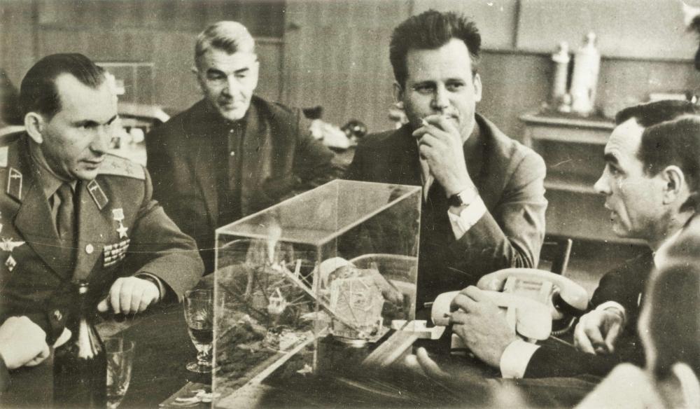 П. Беляев (1-й слева) на Уралмашзаводе; 2-й справа – Н. Рыжков. ЦДООСО.