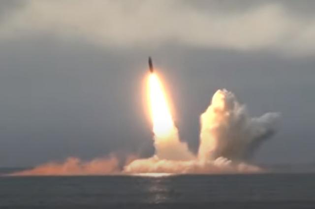 Пуск баллистической ракеты «Булава» с атомной подлодки «Юрий Долгорукий» в Баренцевом море.