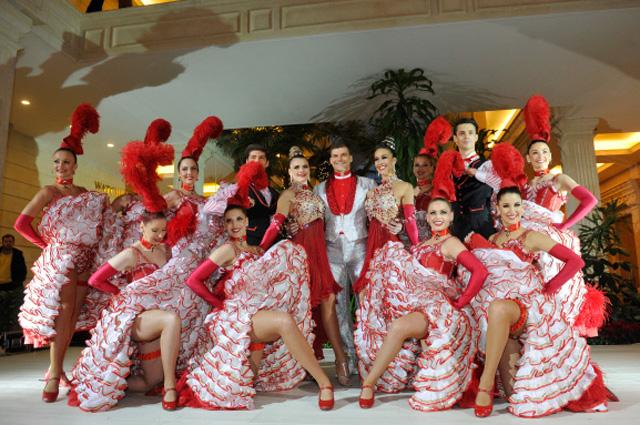 Танцоры Moulin Rouge в Крокус Сити Холл на открытом показе новогоднего шоу кабаре перед началом гастролей в Москве, 2011 г