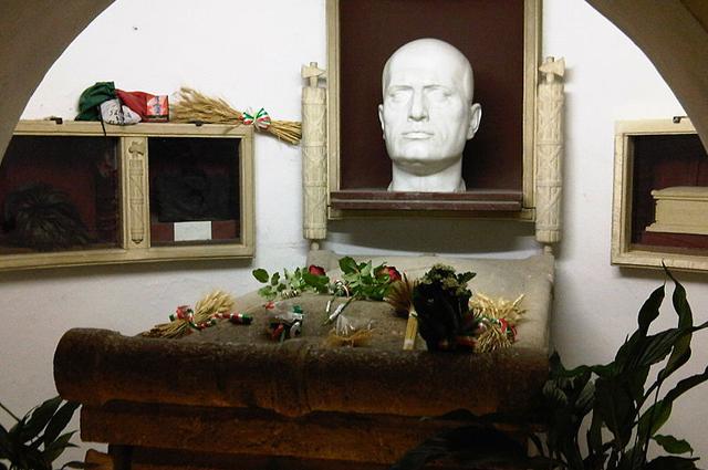 Гробница Бенито Муссолини в семейном склепе на кладбище в Предаппио
