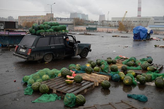 Торговцы забирают остатки товара с территории закрывшегося рынка при овощебазе Новые Черемушки в столичном районе Бирюлево