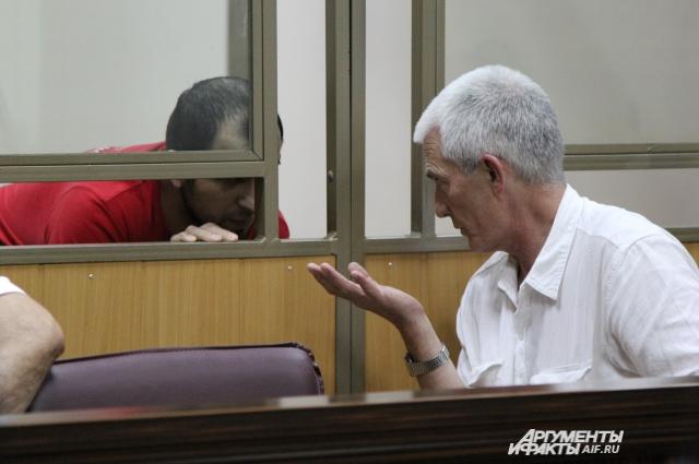 Руслан Ионов с адвокатом в зале суда много общались между собой