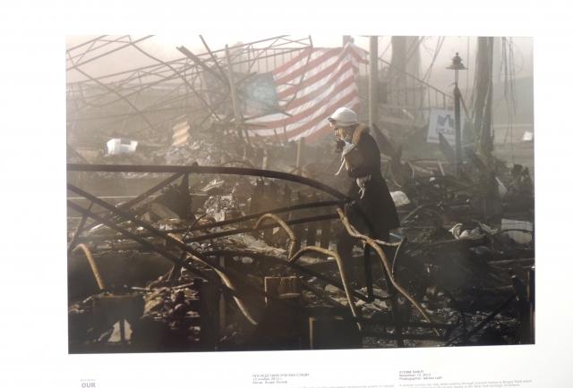 Женщина на развалинах. Снимок агентства Рейтерс