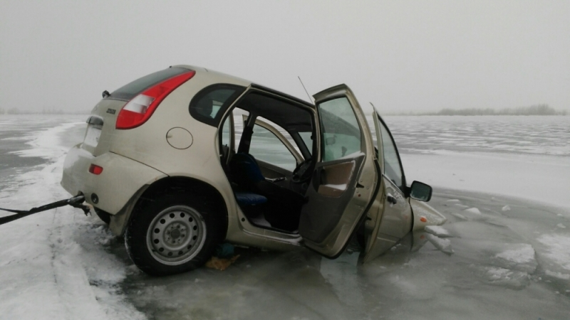 На Ириклинском водохранилище под лед ушла «Лада-Калина» с двумя пассажирами.