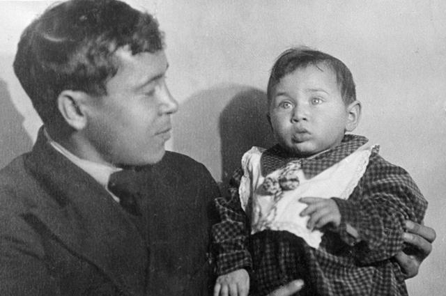 Муса Джалиль с дочерью Чулпан.