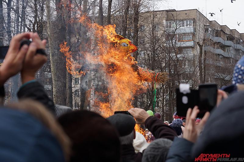 Главным же событиям дня стало сжигание чучела Масленицы.