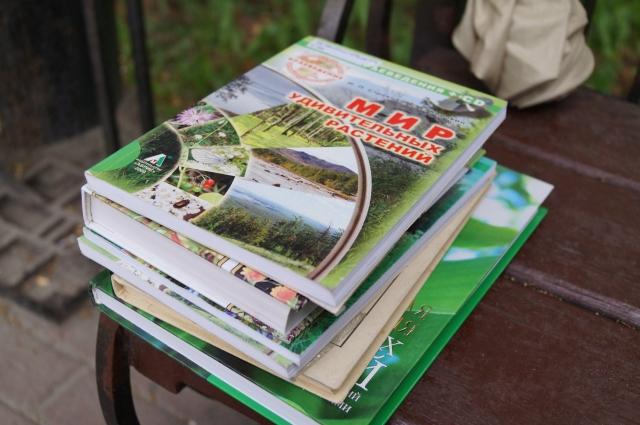 Гостям показали книги о челябинских растениях.
