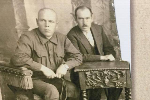 На руке комиссара Маркова (слева) часы, которые он, предположительно, снял с убитого секретаря.