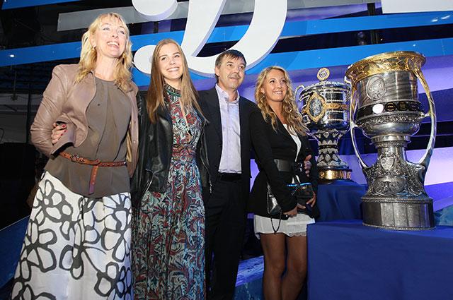 Олег Знарок ссупругой Илоной идочерьми Алисой иВалерией (слева направо).