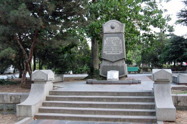 Памятный знак на месте закладки Севастополя на современной площади Нахимова