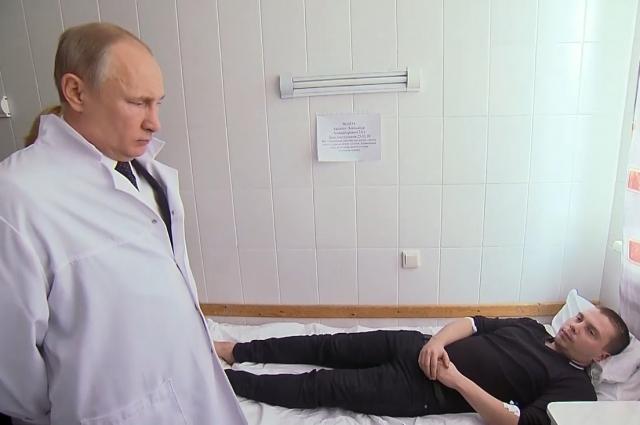 Президент навестил пострадавших в больнице.