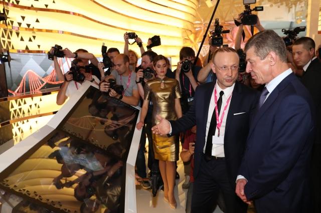 Председатель совета директоров РМК Игорь Алтушкин (слева) представил основные инвестпроекты компании вице-премьеру Правительства России Дмитрию Козаку.