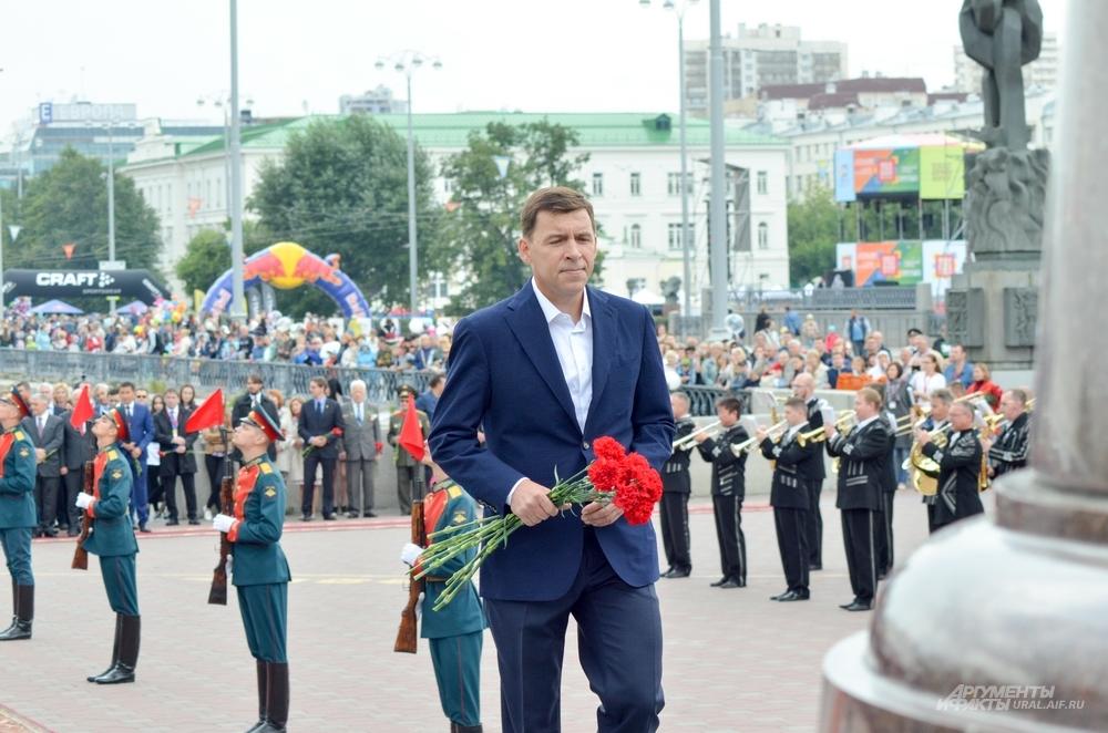 Евгений Куйвашев на возложении цветов к памятнику Татищеву и де Геннину.