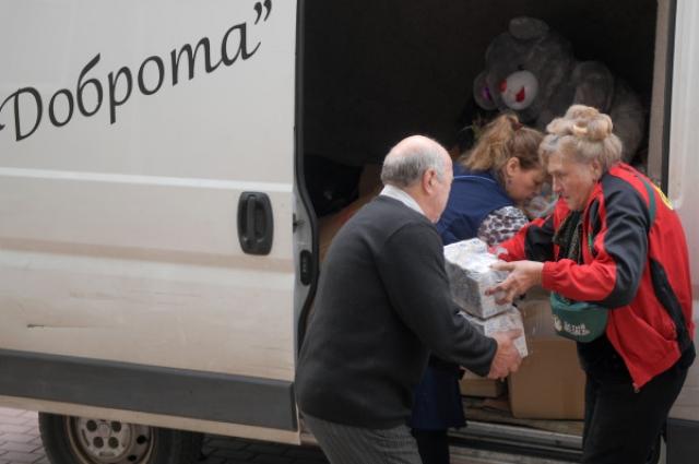 Галина Яковлева развозит на микроавтобусе одежду и продукты.