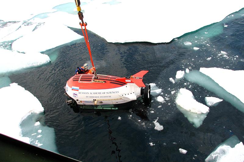В 2007 году глубоководный аппарат Мир-1 опустился на дно Северного Ледовитого океана в точке Северного Полюса и установил там российский флаг