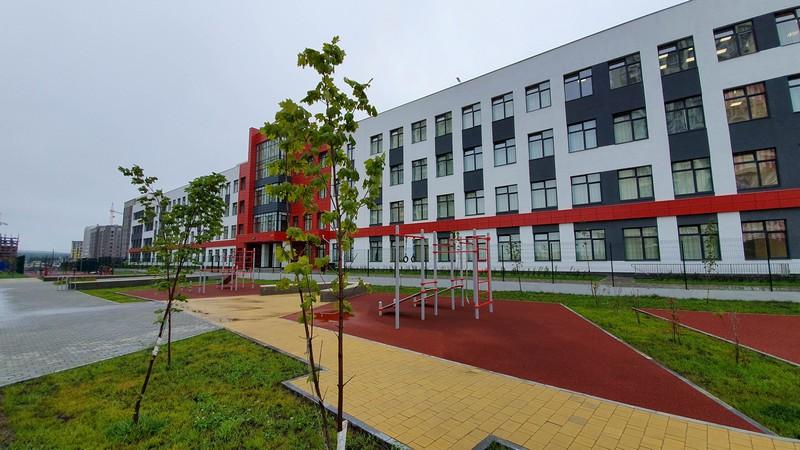 На сегодняшний день в общеобразовательную школу №79 зачислено 1300 человек.