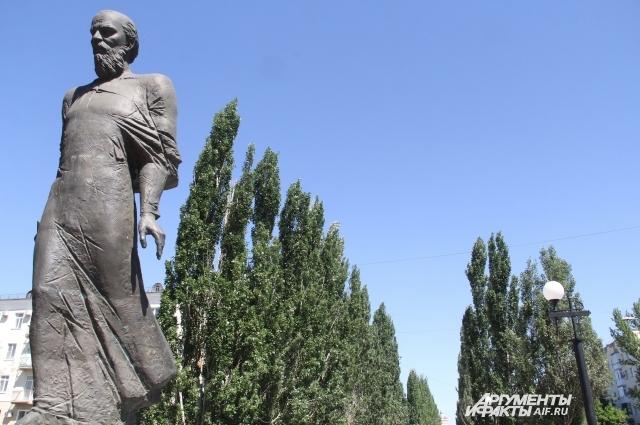 Аллея от памятника Фёдору Достоевскому до Тарских ворот.