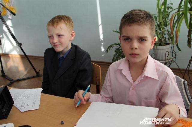 9-летний Максим Малыхин (справа) напомнил ПАСЕ, кто победил в Великой Отечественной войне