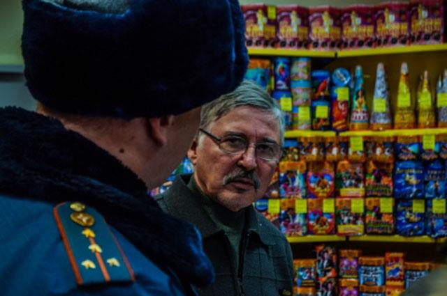 Перед праздниками точки продажи пиротехники проверяют сотрудники МЧС.